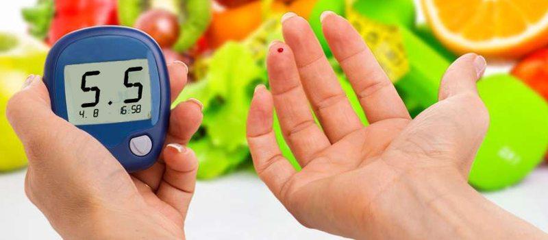 Picarse para medir su nivel de glucosa en sangre después de comer